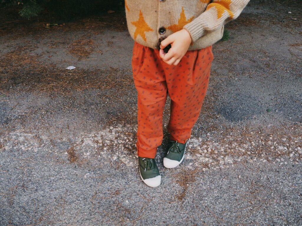 close up su scarpe e pantalone