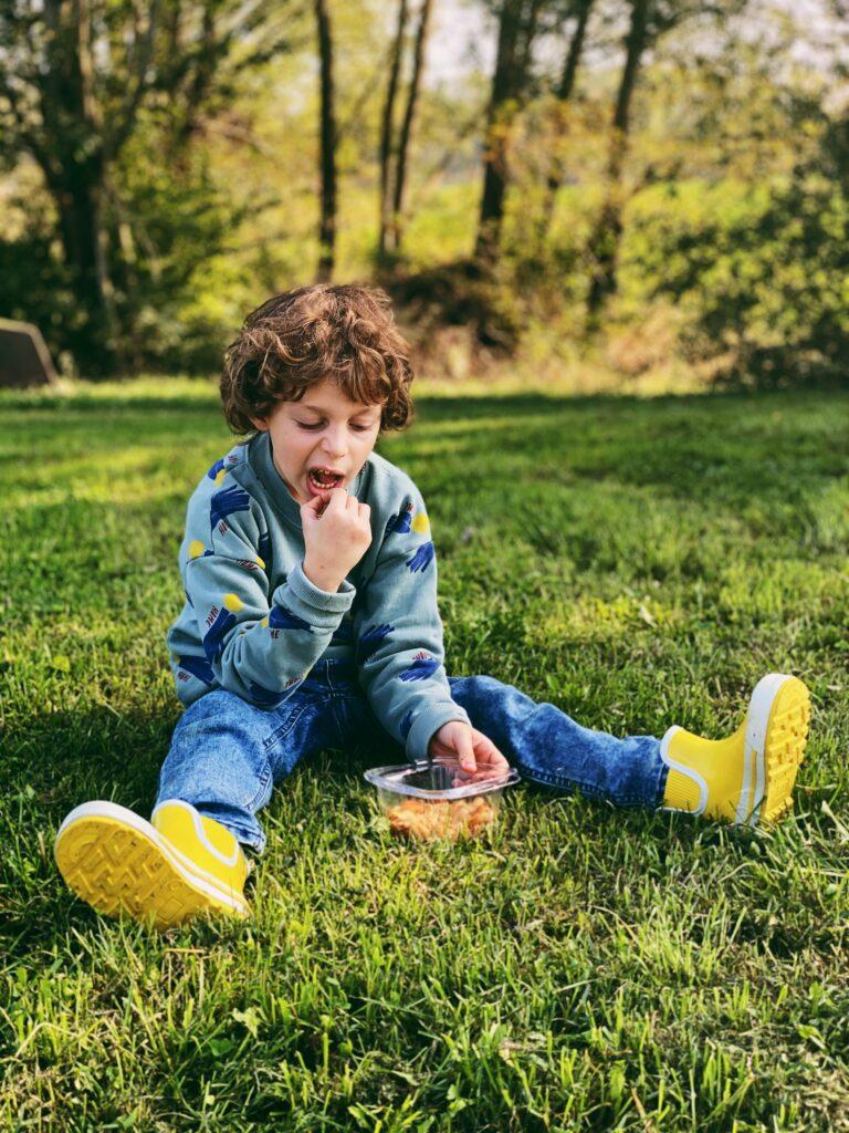 bambino che mangia