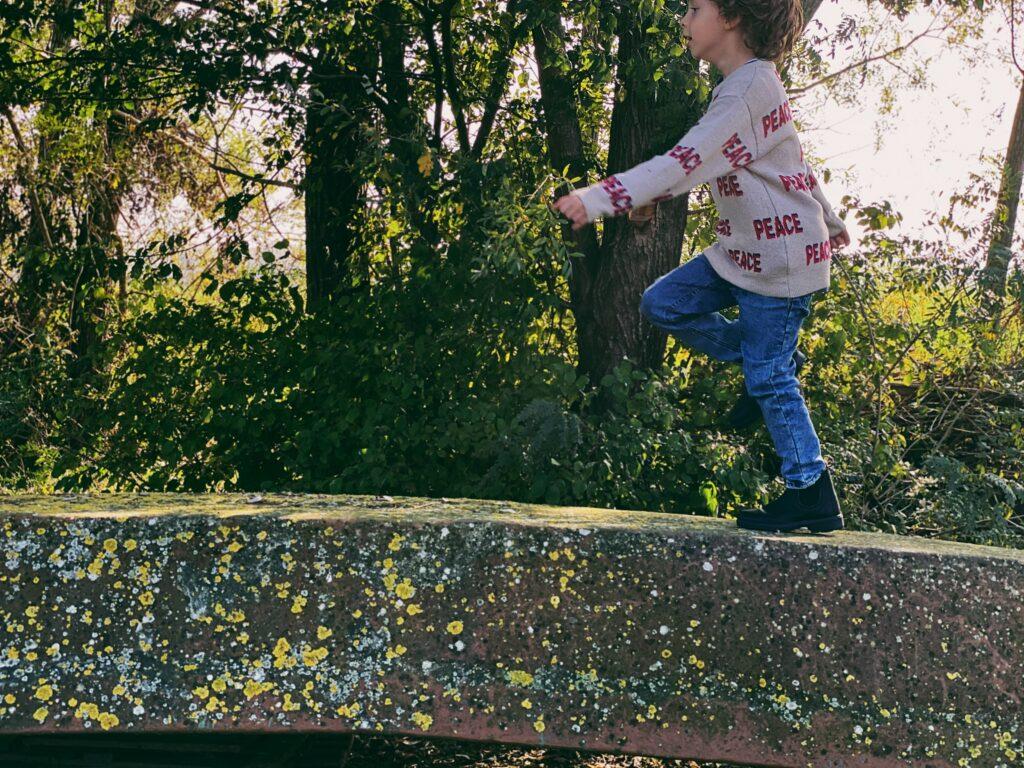 bambino che cammina su braca rovesciata