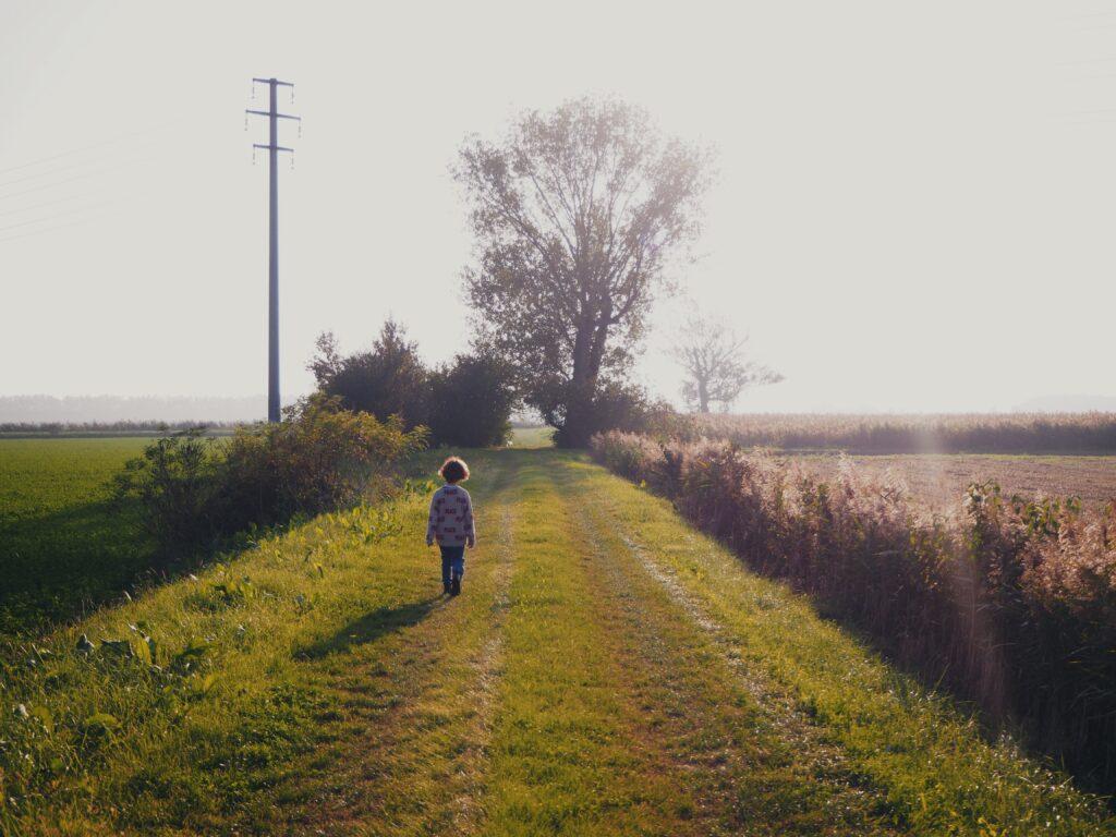 bambino che passeggia al tramonto